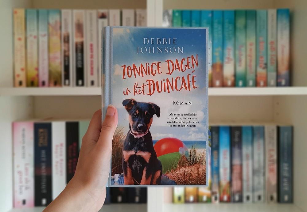 Zonnige dagen in het Duincafé - Debbie Johnson
